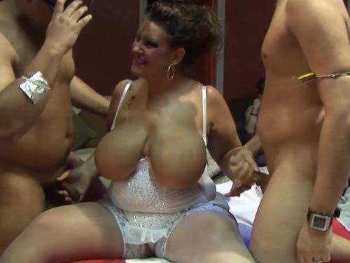 Husi hölgyek szexpartiznak