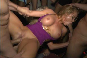 Csoportos szex a diszkóban