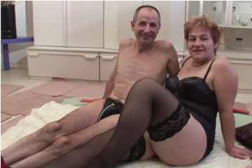 Nagymama és papa pornózni kezd