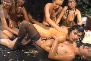 Svéd olajos-leszbikus szexparti